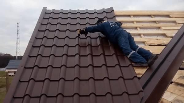 Jak pokryć dach blachodachówką?