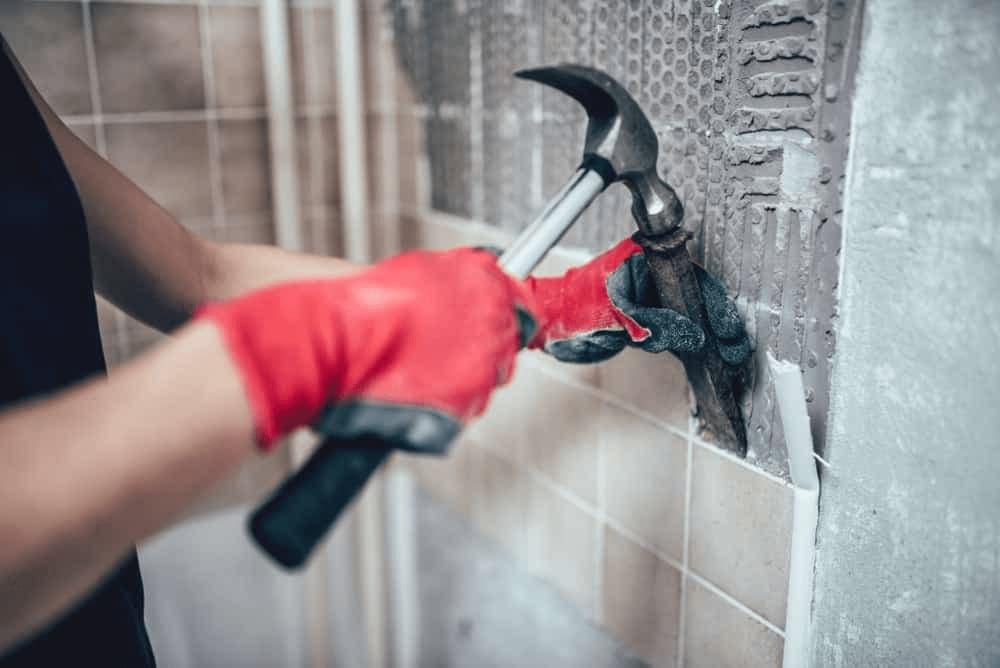 Jak usunąć płytki ze ściany?