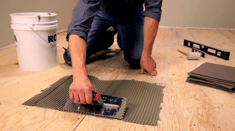 Jak układać płytki na drewnianej podłodze?