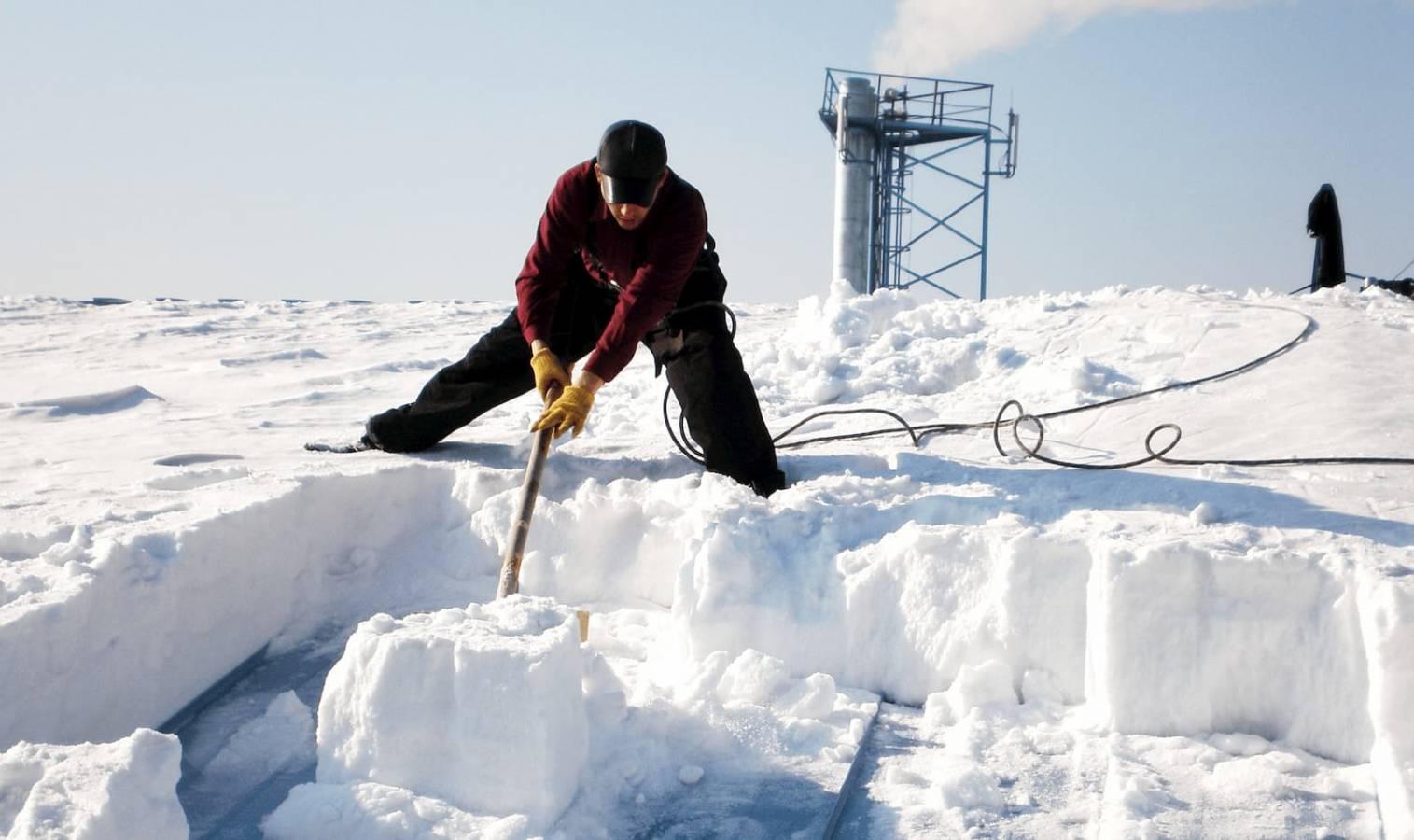 Jak usunąć śnieg z dachu domu?